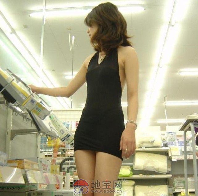 少妇的b地图片_【爆料】美丽少妇怕热 穿透视齐b小短裙逛超市