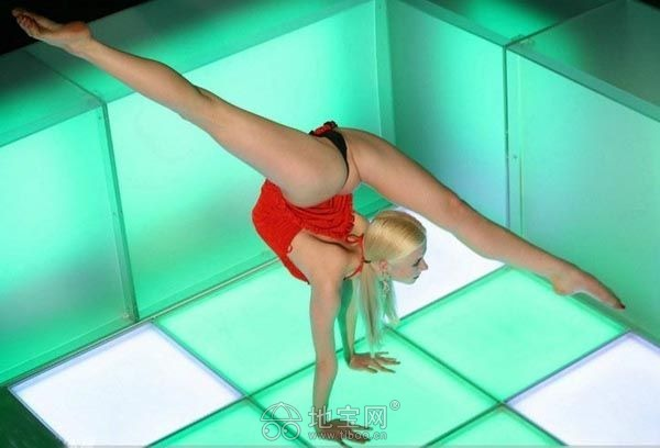 俄罗斯柔术美女秀惊人一字马